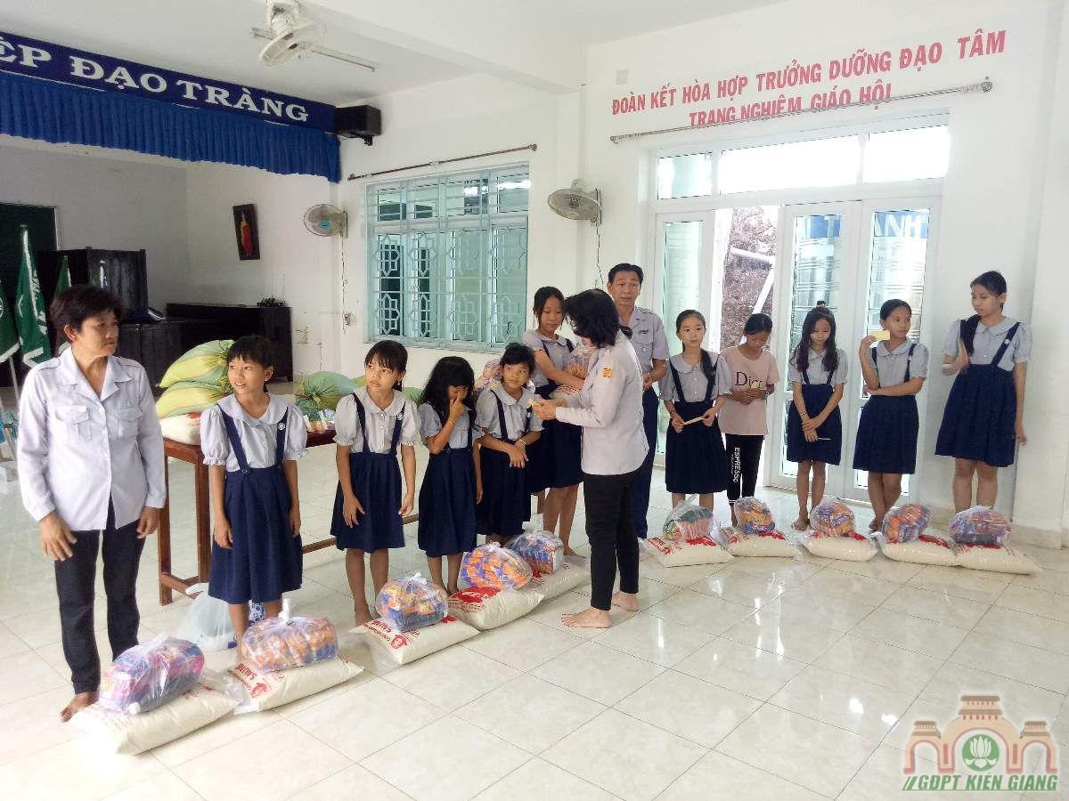 Gdpt Tam Bao Ha Tien Trao Qua Tu Thien Dau Nam 02